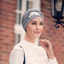 Shakti turban i grå med hvidt broderi