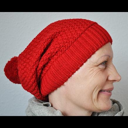 Sjov og flot rød strikket tophue